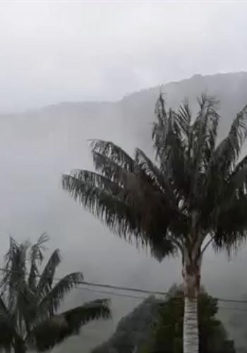 El paso de la niebla entre montañas
